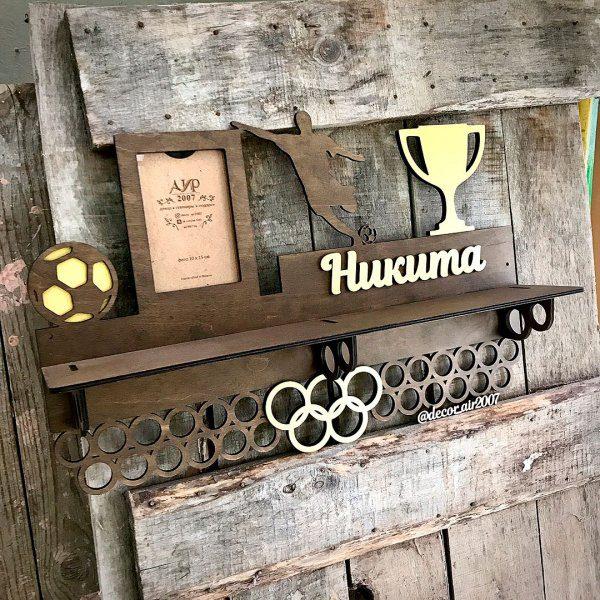 деревянная медальница с полкой для кубков и медалей для футболиста с фотографией спортсмена и именем и фото купить с доставкой