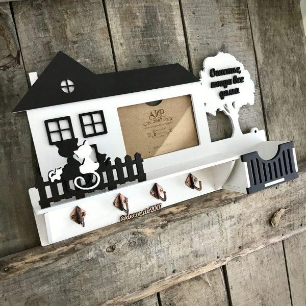 деревянная настенная ключница с фото и фамильной надписью с котиками на заборчике заказать недорого с доставкой по беларуси