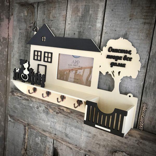 полочка деревянная для ключей в прихожую купить бежевая с фоторамкой и котиками недорого