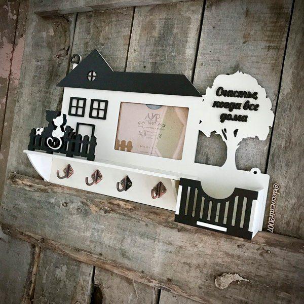 полочка ключница с фоторамкой фамильная в виде домик из дерева для ключей в прихожую купить недорого