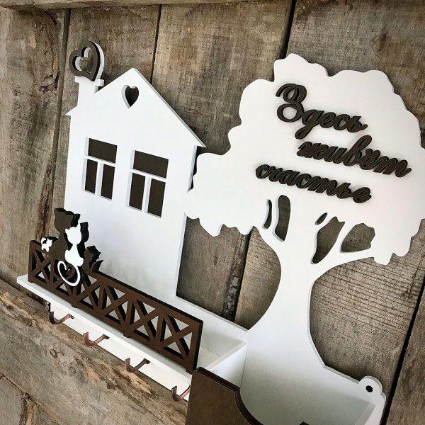 ключница домик на стену прихожей с котиками и фамилией семьи белая