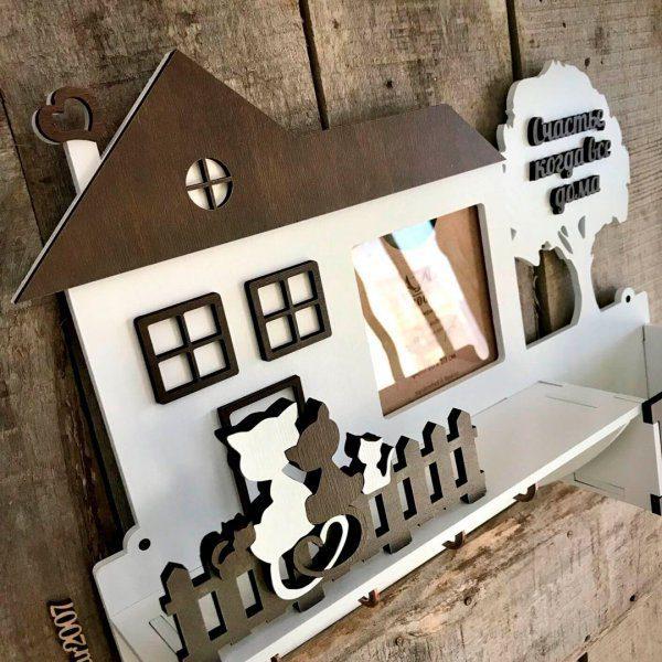 настенная деревянная ключница домик с фоторамкой и котиками