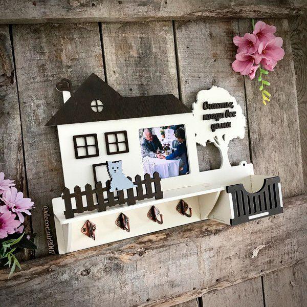 ключница из дерева с фамилией семьи фоторамкой и собачкой терьер на заборчике заказать с доставкой