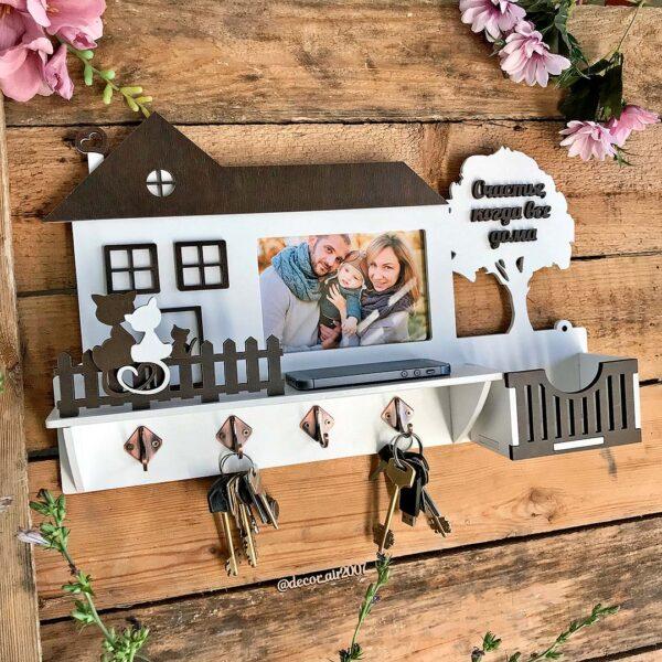 Ключница с полкой с фоторамкой и фамилией семьи белая для ключей в виде домика по приятной цене с доставкой