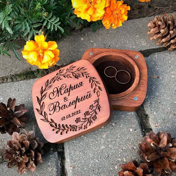 деревянная шкатулка для обручальных колец на свадьбу с гравировкой имен и даты бракосочетания в подарок молодым с доставкой по Беларуси