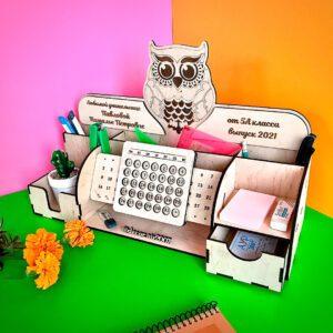 Настольный органайзер для учителя именной с вечным календарем из дерева с совой и пожеланиями в интернет-магазине в Минске с доставкой